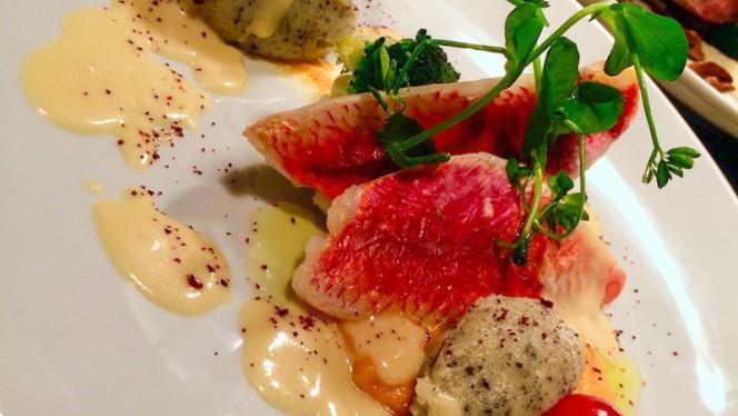 Filet de rouget simplement cuit à l'huile d'olive, courge butternut caramélisée au gingembre, purée de pomme de terre à la truffe blanche, sauce corail - Bistro n'Home Hors Château, Liège