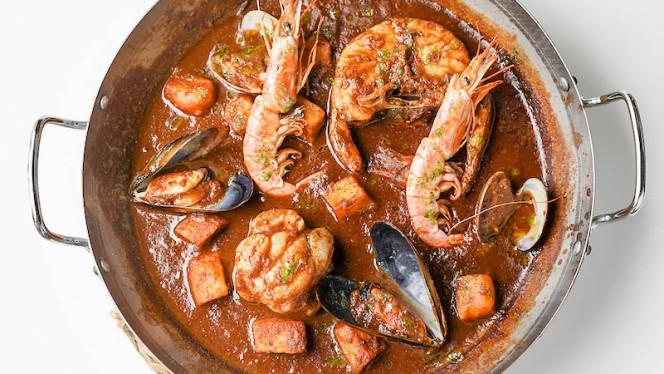 Cazuela marinera del puerto: merluza, rape, almeja, gamba y mejillón - BOO Restaurant & Beach Club, Barcelona