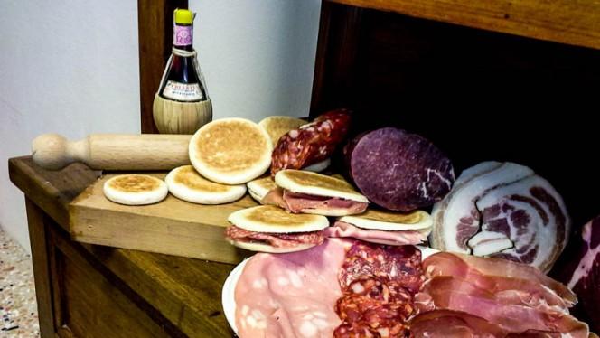 Tigelle con prodotti di qulità tipici emiliani - Tigelleria da Zia Anna, Bologna