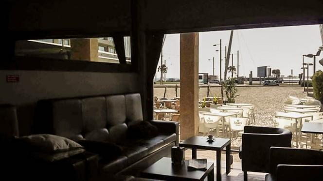 Sala com vista para esplanada - Restaurante Black Coffee - Praia Matosinhos, Porto