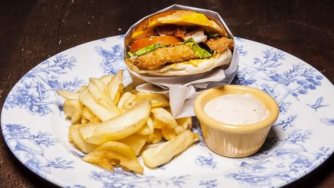 Hamburger di pollo accompagnato da patatine fritte - 131 Chicken Experience, Milan