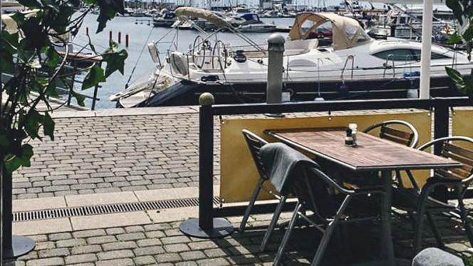 Uteservering med utsikt över hela norra hamnen. - Roy's Mat o Bar, Helsingborg
