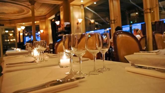 Table, couverts, verres et bougies du restaurant La Frégate - La Frégate, Paris