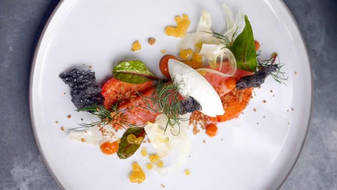 Saumon bio confit, condiment orange sanguine, fenouil à cru, crème raifort. - La Bulle, Paris