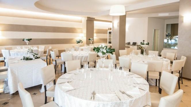 Sala interna allestita per ricevimento nuziale - Ristorante Vecchia Dogana, Lazise