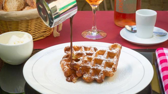 Gaufre « retour d'enfance », chantilly maison et sauce chocolat à 65% - Le Bistrot Le Lion d'Or - Carouge, Carouge