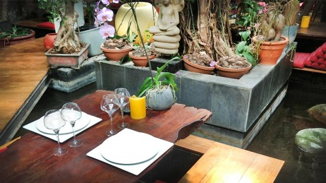 mesa y planta - Indochine Ly Leap, Barcelona