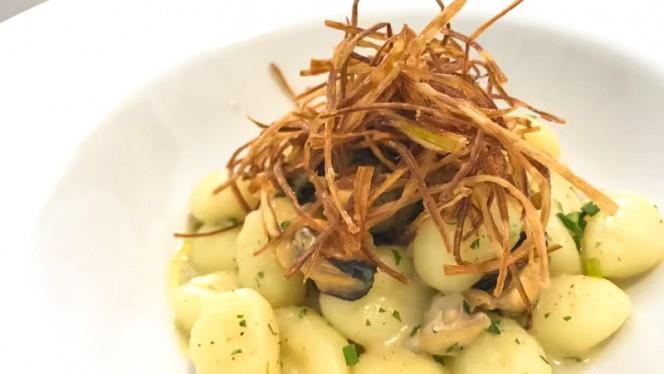 Gnocchi con cozze, vongole e porri fritti - Roy Bistrot Milano, Milan