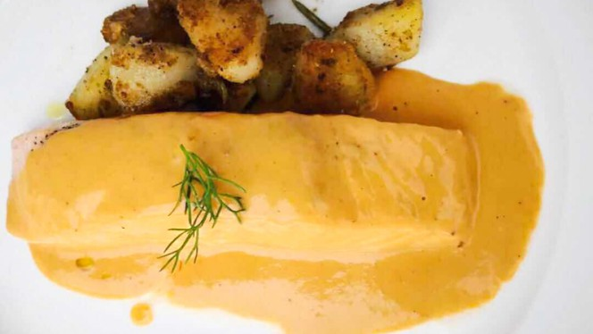 Il salmone a vapore con salsa di gamberi e patate al sautè - Roy Bistrot Milano, Milan