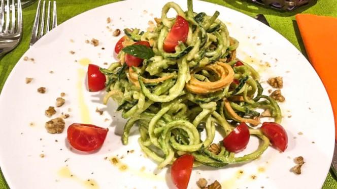 Spaghetti di zucchine raw con pesto di avocado, pomodorini e noci - Silene, Vicenza