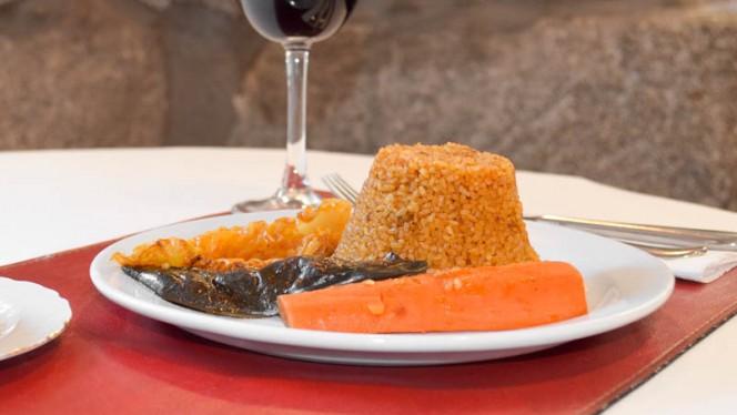Plato del Día: Thiep vegetariano: arroz de doble corte acompañado de zanahoria, repollo y - El Mandela, Madrid