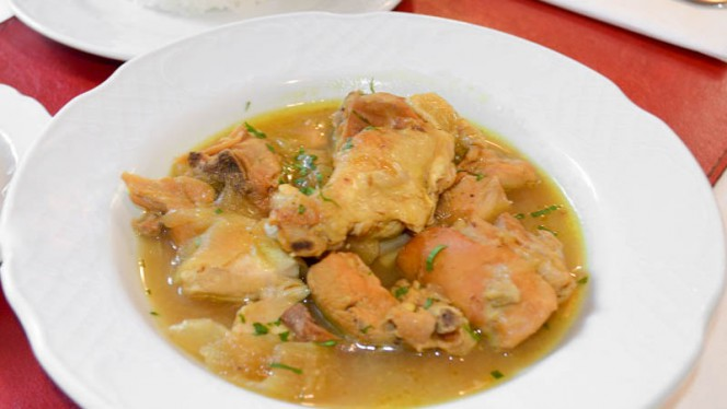 Plato del Día - Yassa - pollo con cebolla, pasas y semilla de yassa machacada acompañado de arroz aromatizado - El Mandela, Madrid