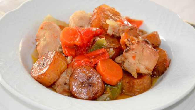 Pollo DG - receta tradicional camerunesa - excelente pollo guisado con verduras, zanahoria, pimientos y cebolla - El Mandela, Madrid