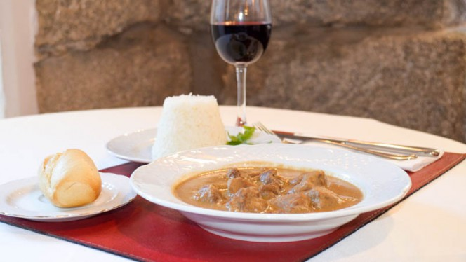 Ternera con salsa de cacahuete, acompañado de arroz aromatizado - nuestro plato estrella *** - El Mandela, Madrid
