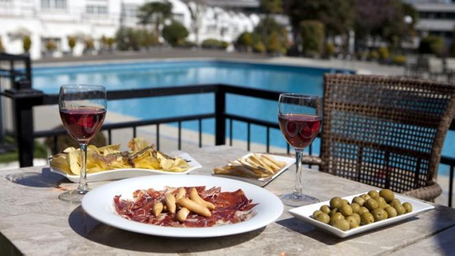 Vista piscina - H2O – Hotel Osuna, Madrid