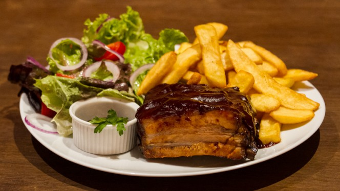 Travers de Porc, Sauce BBQ, Frites & Salade - Kelly's Síbín, Strasbourg