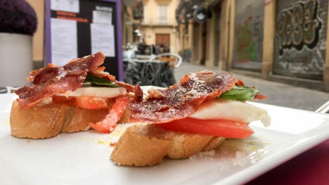 Tostadas con jamón, mozzarella y albahaca - Shiraz, Valencia