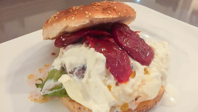 Hamburger Gourmet di Scottona pomodori secchi e stracciatella - Osteria Villari, Bari