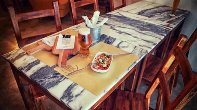 Detalhe da mesa - A Maria não Deixa, Lisboa