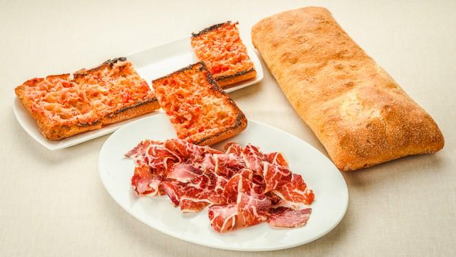 Jamón ibérico y pan con tomate - La Palmera, Barcelona