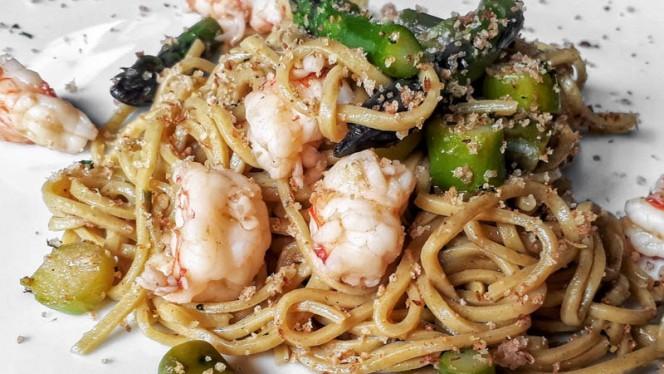 Spaghetti alla chitarra allo zafferano, gamberi e asparagi - A-mare Ristorante & Pizza, Viareggio