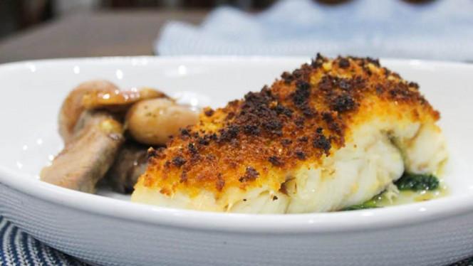 Sugestão do chef - Bacalhau com broa em cama de espinafres e batata a murro - Raízes, Lisboa