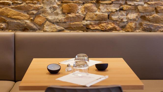 Table avec mur en pierre - Mika Sushi Brotteaux, Lyon