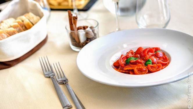 Ravioli ricotta e spinaci con pomodorini e pesto leggero - iH Gusto, Rome