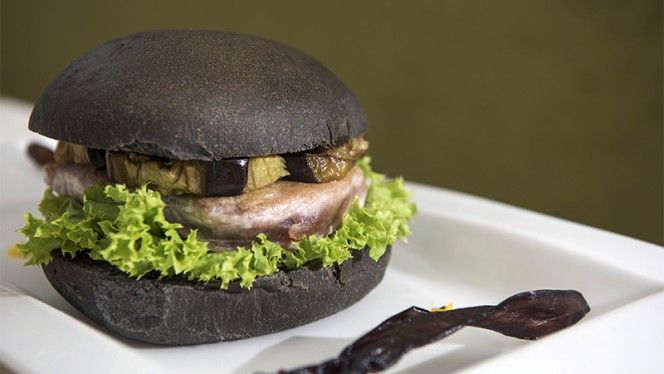 Panino Mediterraneo: pane fatto in casa al nero di seppia con burger di tonno e verdure di stagione - Bar Bacharach & Bistrot, Rome
