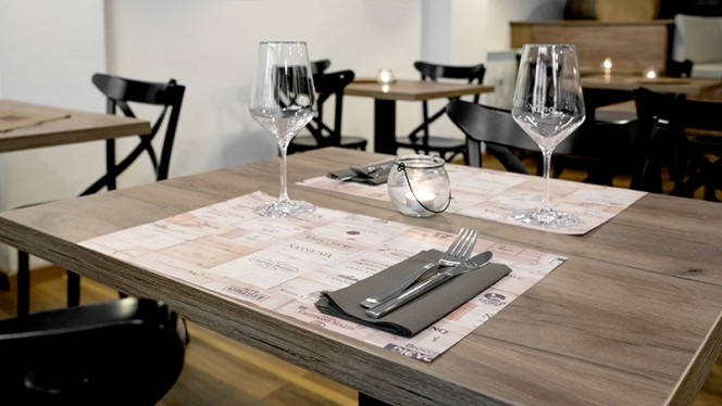 Particolare tavolo - Vinoteca Bologna, Bologna