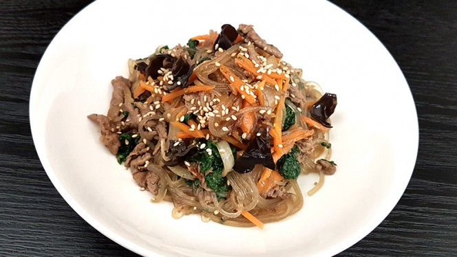 Japchae: spaghetti di fecola di patata dolce saltati in salsa di soia Lee's con carne e verdure (anche veg.) - Lee's Korean Restaurant NAGRIN, Milan