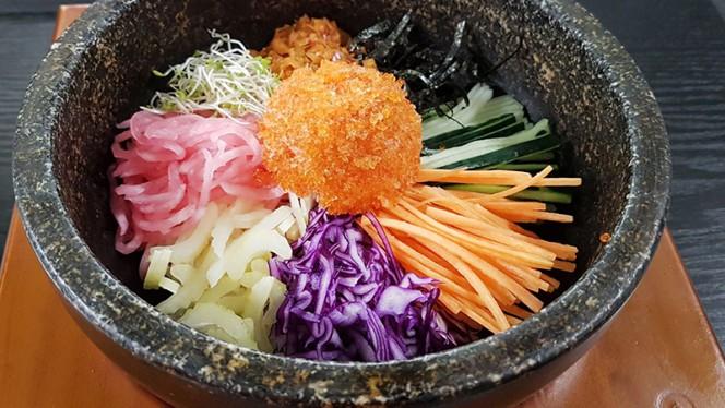 Nalcial-dolsot-bibimbap: ciotolone di pietra con riso al vapore e veri ingredienti conditi in salsa Lee's a scelta - Lee's Korean Restaurant NAGRIN, Milan