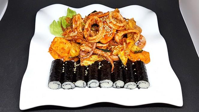 Ojingo-ciomucim: calamaro scottato e condito in salsa piccante agrodolce con verdure fresche e mela - Lee's Korean Restaurant NAGRIN, Milan