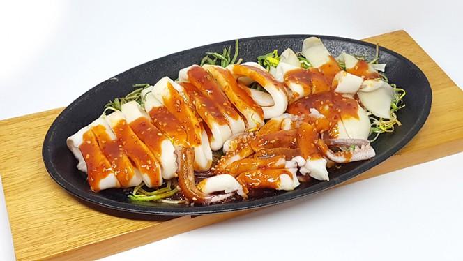 Tongojingo-gui: calamaro intero al vapore e grigliato in salsa piccante - Lee's Korean Restaurant NAGRIN, Milan