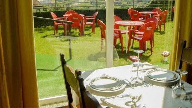 Mesa y terraza - O Lar Do Leiton, Ourense
