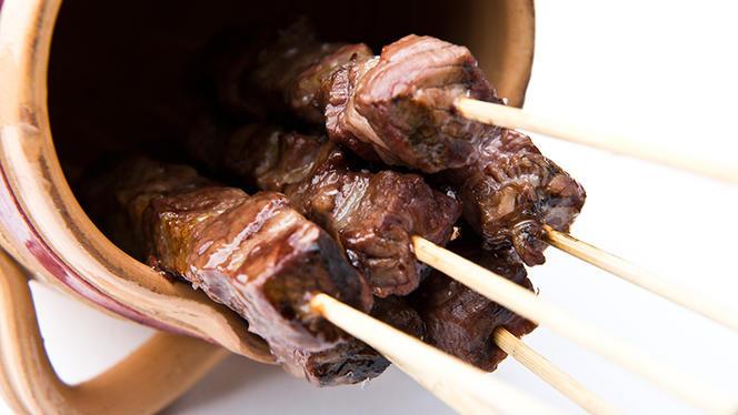 Arrosticini di carne di pecora fatti a mano cotti sulla brace - Il Capestrano, Milan