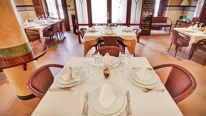 detalle mesa para cuatro - El Cabanyal, Valencia