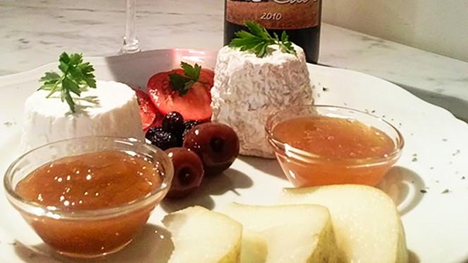 Caprini freschi miele castagno e confettura cruda di susine - Terra Etruria, Firenze