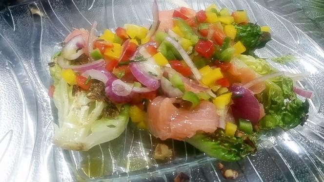 Cogollos a la plancha con salmón y vinagreta de pimientos - Disco Galeria,
