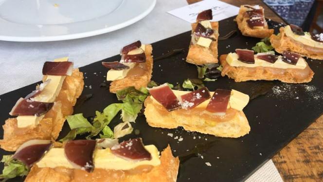 Pan de cristal con compota de manzana, foie y jamón ibérico - Disco Galeria,