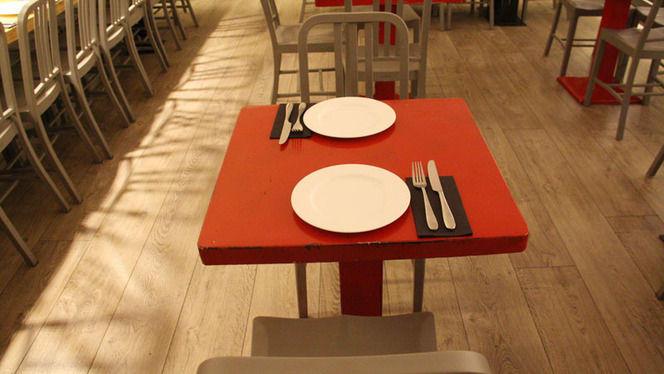 mesa roja - La Pulpería de Victoria, Madrid