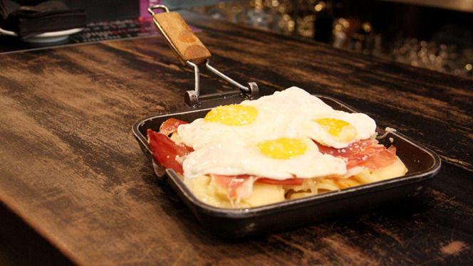 Huevos rotos con jamón - La Pulpería de Victoria, Madrid