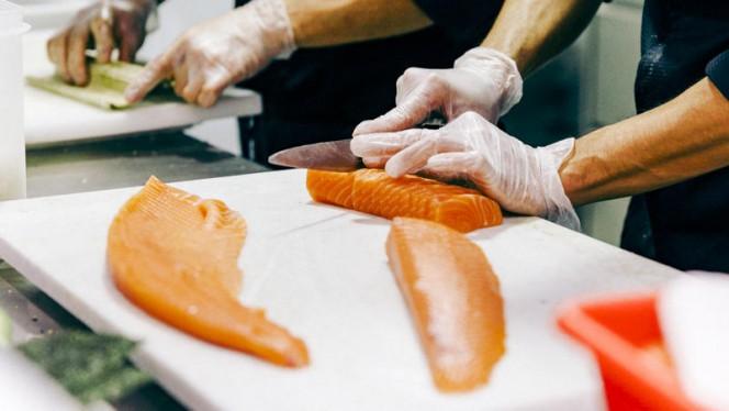 Découpe de saumon Bomlo - Enjoy Sushi Marignane, Marignane