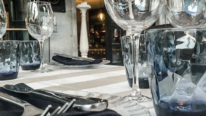 Detalle mesa terraza - Cheek, Madrid