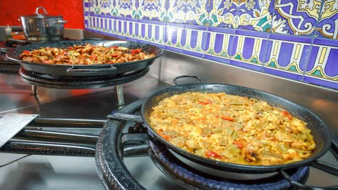 La paella in preparazione - Paellami, Milan