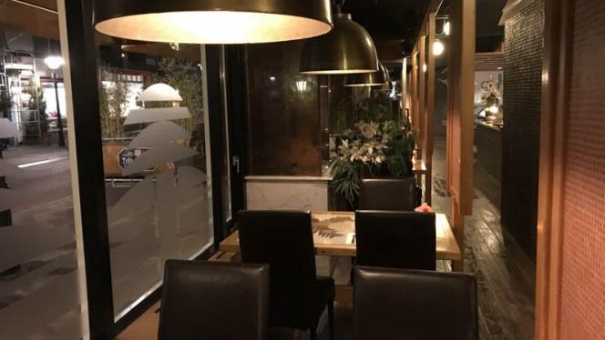 Tafels langs de straat - Indonesisch Restaurant Toko Frederik, Den Haag