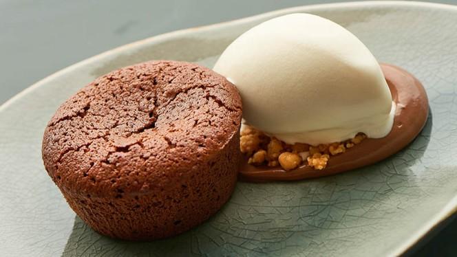 Lopend chocolade taartje met witte chocolade-ijs - Tommy's & Zuurveen, Den Haag