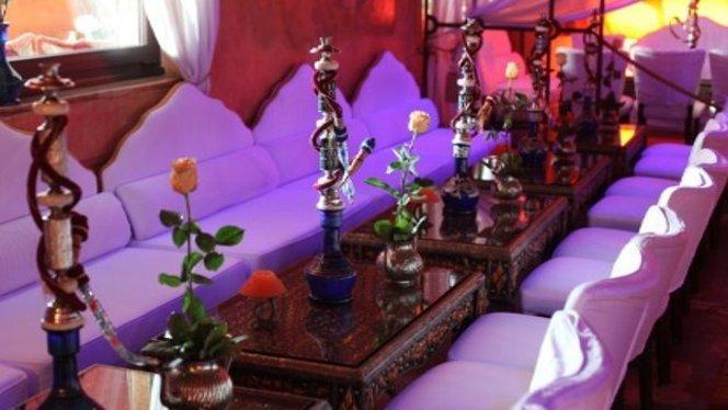 Narghilé e vaso di fiori su ogni tavolino - El Jadida, Milan