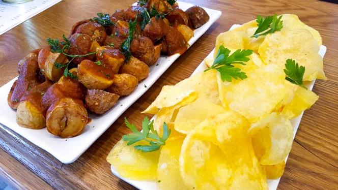 Patatas bravas y patatas chulas - Taberna La Tienta, Madrid