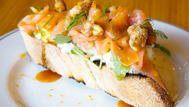 Tosta de salmón - Taberna La Tienta, Madrid